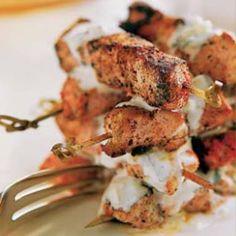Brochetas de pollo tandoori con salsa de yogur y menta #recipes #cuisine