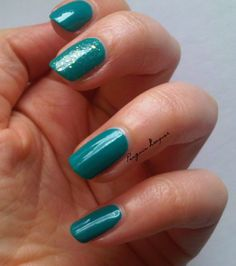 Primark Turquoise with Essie as gold as it gets accent nail: http://penguinlacquer.blogspot.de/2014/06/turkis-mit-goldsprenkeln.html #nails #essie #turquoise
