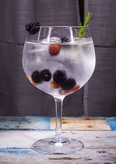 gin z tonikiem Gin Tonic, Party Drinks, Margarita, Wine Glass, Cake Recipes, Alcoholic Drinks, Favorite Recipes, Tableware, Creative