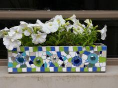Maceta de cemento intervenida con método Trencadis por Laura Anca para Estilo Turmalina Mosaic Planters, Mosaic Flower Pots, Mosaic Garden, Mosaic Diy, Mosaic Glass, Mosaic Tiles, Cinderblock Planter, Rock Tile, Pot Plante