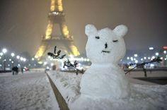 Alors que la neige recommençait à tomber samedi soir, les Parisiens les plus créatifs y sont allés de leur petit bonhomme de neige.