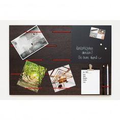 Das Memoboard von klotzaufklotz bietet die verschiedene Möglichkeiten, um Deine Notizen und Erinnerungen an einem zentralen Ort zu verwalten:- für Notizen, Termine, Karten oder Fotos- elastische Seile in rot, grün, weiß oder schwarz- magnetische TafelfolieAn zehn elastischen Expanderseilen können Zettel, Postkarten und Fotos schnell und einfach fixiert werden.
