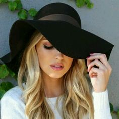 How to wear the black capeline - 65 ideas of original outfit - Archzine. Street Style Trends, Ethno Style, Cute Hats, Blonde Beauty, Girl With Hat, Derby Hats, Mode Inspiration, Mode Style, Wearing Black