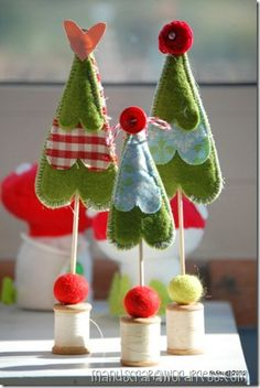 ...good use for those wooden spoons I have...felt Christmas trees