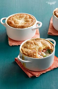 Chicken and vegetables get tossed in a delicious filling made with cream cheese in this classic comfort food. This recipe will convince you that homemade vs. Kraft Recipes, Wine Recipes, Baking Recipes, Top Recipes, Cream Cheese Recipes, Mini Foods, Mets, What To Cook, Chicken Recipes