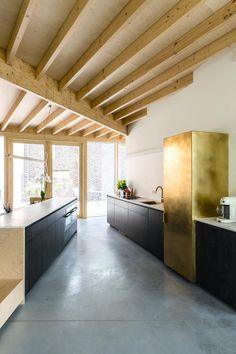 Binnenkijken in een huis met een gouden koelkast - De Standaard Home Design Decor, House Design, Interior Design, Interior Architecture, Interior And Exterior, Arch House, Interior Concept, New Home Designs, Black Kitchens