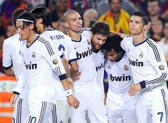 """Đội bóng bằng vàng của Real Madrid  Dựa trên giá trị chuyển nhượng của các cầu thủ thuộc đội bóng này, có thể gọi Real Madrid là """"Đội bóng bằng vàng"""".  http://dudoanbongda.tumblr.com/post/106496529589/oi-bong-bang-vang-cua-real-madrid"""