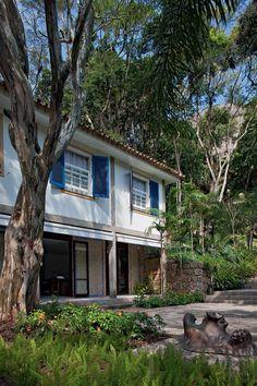 Lar carioca em meio à Mata Atlântica Uma releitura da arquitetura colonial brasileira 1/11/2012  POR CYNTHIA GARCIA, FOTOS: CRISTIANO MASCARO