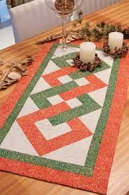 Not in English but the chart is easy enough to decipher Patchwork Table Runner, Table Runner And Placemats, Table Runner Pattern, Quilted Table Runners, Etsy Quilts, Felt Pillow, Cottage Crafts, Quilted Table Toppers, Patch Quilt