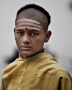 A young Hindu with tilak (forehead mark) - here 3 stripes of vibhuti made of sacred ash [bhasma] and a red bindi. The three stripes, made with sacred ash, represent the three bonds of the soul--ego, karma and maya--which are des We Are The World, People Around The World, Foto Face, Hindu Rituals, Religious Rituals, Photo Portrait, Portrait Photography, India People, Portraits