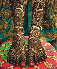 Its all in the details !! #indian #mehendi #designs #bridal #Foot #indianbride #indianweddings #hennaart