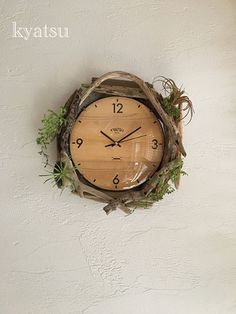 流木のナチュラルな雰囲気を活かした時計。グリーンがアクセントになっていますね!