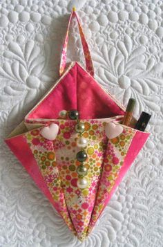 origami bags - this looks like fun, useful, and will help me deplete my stash Origami Bag, Fabric Origami, Quilting Projects, Sewing Projects, Sewing Tutorials, Fabric Boxes, Fabric Scraps, Scrap Fabric, Quilt Patterns
