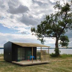 Małe domy to temat w ostatnich latach często podejmowany przez architektów. By czuć się dobrze w pomieszczeniu, człowiek musi wyznaczyć w nim swoje terytorium, a do szczęścia wystarczy mu niewielka, ale spersonalizowana przestrzeń. Szwedzki Mini House, którego wewnętrzna powierzchnia to zaledwie 15 m², jest nowoczesnym i funkcjonalnym domem, w którym można mieszkać przez cały rok. Więcej na: http://sztuka-architektury.pl/index.php?ID_PAGE=15940
