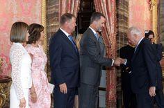 El Rey recibe el saludo del ministro de Asuntos Exteriores y de Cooperación, José Manuel García-Margallo, en presencia de la Reina y el Presidente de Rumanía y su esposa Palacio Real de Madrid, 13.07.2015