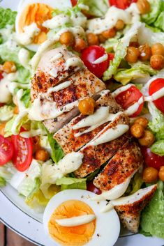 Gesunder Caesar Salad mit Kichererbsen, Tomaten, Eiern und Hähnchen – Low Carb … Healthy Caesar Salad with chickpeas, tomatoes, eggs and chicken – low carb and WW suitable TALK FRIEND salad carb Healthy Caesar Salad, Salad Recipes Healthy Lunch, Salad Recipes For Dinner, Chicken Salad Recipes, Healthy Eating Tips, Clean Eating Recipes, Meat Recipes, Healthy Food, Healthy Chicken