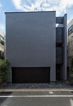 周囲を住宅や集合住宅に囲まれた住宅地に計画されたこの住宅は、敷地環境をふまえて外に対して閉じ、内に開かれた都市型住宅です。高級感のあるデザインを手がけたのは東京に拠点を置くTERAJIMA ARCHITECTS。外からは想像できない解放感いっぱいの住宅、さっそく見てみましょう。 Colour Architecture, Stairs Architecture, Minimalist Architecture, Contemporary Architecture, Modern Tiny House, Box Houses, Black House, Detached House, House Plans