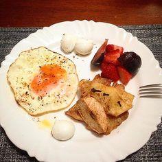 Bom diaaa 🙏🏽🙏🏽. . Véspera de feriado, semana de novos horários de trabalho começando, então vamos lá. 💪🏽👏🏽🤓. . Meu café da manhã não muda quase, a base geralmente é frutas e ovos.  Mas ontem preparei frutas assadas com especiarias. 💕💕. . Pra quem não viu a receita 👇🏽👇🏽 Cortei um abacaxi bem maduro e uma maçã em fatias. Temperarei com canela em pó e cravo, coloquei numa forma em fogo médio e assei por 40 minutos, até ficarem molinhas. Fica uma delicia, perfumadas. 😋😋😋…