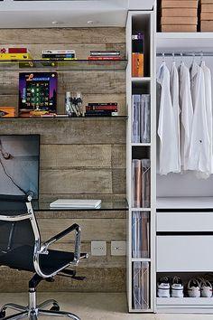 Quarto, home office e closet no mesmo ambiente: tudo isso foi possível porque o armário tem áreas específicas. Pastas ficam em nichos verticais e caixas no topo. Antes de fazer seu móvel planejado, liste tudo o que você precisa guardar