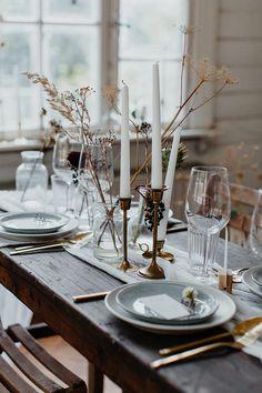 Tischdekoration mit Stabkerzen und getrockneten Blüten im Kinfolk Stil für Hochzeit, Kinfolk Wedding #hochzeit #kinfolk #tischdeko #hochzeitsdekoration #schlicht #minimalistisch #schwarz #weiß #braun Hochzeitskarten und Dekoverleih von Traumanufaktur nach skandinavischem und mediterranem Design | Hochzeitsblog The Little Wedding Corner