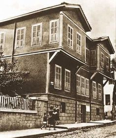 Street scene of old Izmir. Probably Repro Turkish War Of Independence, Turkey Photos, Hagia Sophia, Historical Pictures, Black White Photos, Photo Postcards, My House, Scene, Mansions