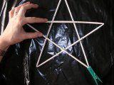 Hvězda z papírových ruliček vánoční dekorace do okna