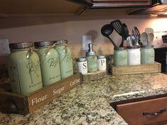 Mason Jar Crafts – How To Chalk Paint Your Mason Jars - Relanity Gallon Mason Jars, Pot Mason Diy, Diy Hanging Shelves, Floating Shelves Diy, Mason Jar Projects, Mason Jar Crafts, Mason Jar Kitchen Decor, Kitchen Jars, Kitchen Decor Themes