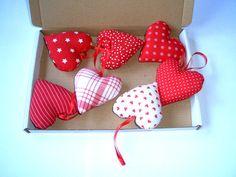 **7 Herzen aus Stoff** zum Aufhängen rot-weiße Stoffherzen mit Liebe genäht und ausgestopft  **Maße**  : 7,0cm x 7,5cm  Lieferumfang: Sie erhalten mit dem Kauf alle 7 abgebildete Herzen in...