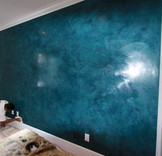 Ceiling Design: Awesome Wall Using Venetian Plaster In Hyper Blue Matched With White Ceiling And Smooth Baseboard Molding For Home Interior Design Ideas Asian Paints Wall Designs, Stucco Paint, Painting Textured Walls, Faux Painting, Wall Texture Design, Wall Painting Living Room, Venetian Plaster Walls, Polished Plaster, Bedroom Wall Designs