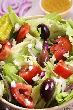 This Panera Bread Copycat Greek Salad has Lettuce, kalamata olives, feta cheese, purple onion, tomatoes and an oil based dressing make this salad so delicious. This Panera Bread's Replica version Greek Salad Recipes, Quinoa Salad Recipes, Salad Dressing Recipes, Healthy Recipes, Healthy Meals, Yummy Recipes, Diet Recipes, Panera Bread, Summer Time