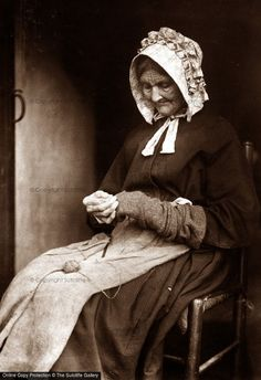 +~+~ Vintage Photograph ~+~+ Woman darning socks in Whitby. Photograph by Frank Sutcliffe. Antique Photos, Vintage Pictures, Vintage Photographs, Old Pictures, Vintage Images, Old Photos, Time Pictures, Victorian Life, Victorian Women