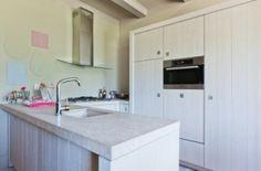 brede lamel wit Mix van moderne en landelijke #keuken in een u opstelling. bron: RTL woonmagazine
