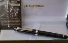 Estilográfica Platinum Century #3776 Black Diamond, resina semitransparente color negro, pumín 14 rodiado con clip y anillos rodiados.