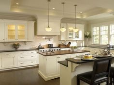 Traditional Antique White Kitchen Welcome! This photo gallery has pictures of kitchens featuring cream or antique white kitchen cabinets in traditional styles. Cream Kitchen Cabinets, Traditional Kitchen Cabinets, Painting Kitchen Cabinets, Glass Cabinets, Shaker Cabinets, Ivory Kitchen, Neutral Kitchen, Kitchen Paint, Floors Kitchen