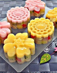 As the weather has been very hot and humid in the past weeks, why not make some kiwifruit jelly mooncakes to beat the heat. Jelly Desserts, Asian Desserts, Asian Recipes, Chinese Moon Cake, Agar Agar Jelly, Mooncake Recipe, Cake Festival, Cake Recipes, Dessert Recipes