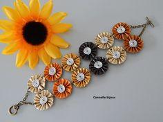 Bracelet large capsules orange doré marron avec 12 fleurs plissées