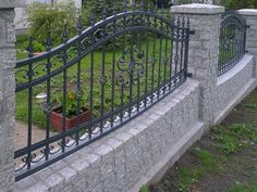 ogrodzenia kute Front Wall Design, House Fence Design, Modern Fence Design, Wrought Iron Driveway Gates, Gates And Railings, Steel Gate Design, Iron Gate Design, Steel Fence Panels, Landscaping Retaining Walls