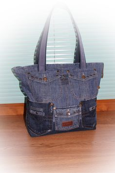 Одноклассники Jean Purses, Purses And Bags, Denim Bag Patterns, Altering Jeans, Jean Crafts, Recycle Jeans, Recycled Denim, Denim Outfit, Balenciaga City Bag