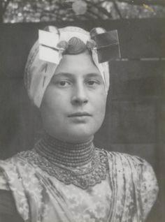 Vrouw in katholieke Zuid-Bevelandse streekdracht. 1915 #Zeeland #ZuidBeveland #katholiek