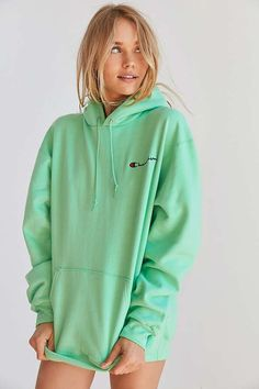 this hoodie but in the grey version would be ideal . View: Champion + UO Powerblend Mini Logo Hoodie Sweatshirt Source by outfit Champion Hoodie Women, Champion Sweatshirt, Green Champion Hoodie, Hoodie Sweatshirts, Pullover Hoodie, Grey Hoodie, Mode Outfits, New Outfits, Trendy Outfits