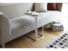 Elegantní boční stolek YAMAZAKI Frame | bílý. Elegantní stolek k sedačce. Vyrobeno z lakovaného kovu a dřeva.