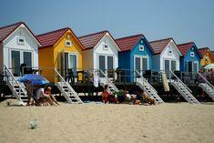 Strandhuisjes in Vlissingen. Het Nollenstrand op een warme zonnige dag. Kleurrijke strandhuisjes in wit, geel, turquoise, rood en blauw. Small Villa, Villa Design, Amai, Am Meer, Cottage Design, Cozy Cottage, Holiday Travel, Dom, Cool Places To Visit