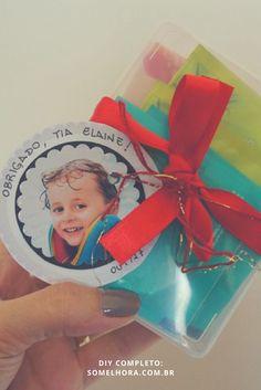 Conhece pessoas que merecem não apenas um mimo, mas um tempinho para dar aquela paradinha e relaxar? Então faz essa caixinha para elas! Vem ver o passo a passo da caixa de chá com biscoitos! Como fazer uma caixa de chá | Presente criativo | Presente artesanal personalizado Mini Album Scrapbook, Diy, Mini Albums, Silhouette, Blog, Crafts, Cookie Box, Small Gifts, Tea Box