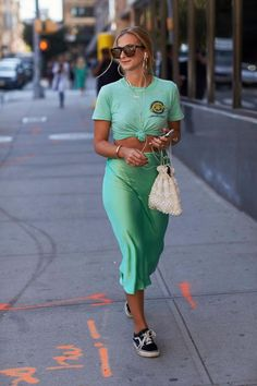 Pretty Printed Dresses Were Everywhere On Day 2 of New York Fashion Week - Fashionista Look Street Style, New York Fashion Week Street Style, Street Style Summer, Cool Street Fashion, New York Style, Star Fashion, Look Fashion, Fashion Outfits, Fashion Trends