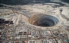 ロシアのミールヌイダイヤモンド鉱山は世界最大の穴である-それは525メートル、深さ1.25キロだwide.The穴上記の吸引が、穴上のすべてのフライトは現在禁止されて、いくつかのヘリコプターがクラッシュされた。(ビア)