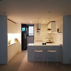[BY 꿀하우스] 꿀하우스에서 소개하는 인테리어 중 가장 많은 분야를 차지하는 공간이 주방, 거실, 침실... Korean Apartment Interior, Diy Interior, Office Interior Design, Living Room Interior, Kitchen Interior, Interior Architecture, Interior Decorating, H Design, House Design