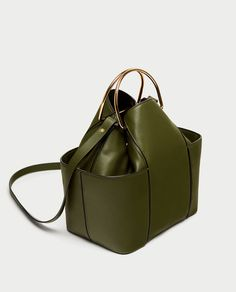 Zara bucket bag with metal handles special prize Purses And Handbags, Leather Handbags, Leather Bag, Clutch Handbags, Clutch Bags, Leather Fashion, Zara, Sacs Design, Structured Bag