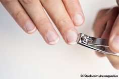 Striature verticali o macchioline bianche sulle unghie sono di solito segnali innocui; se le unghie si curvano verso l'alto con un aspetto simile ad un cucchiaio, può essere dovuto ad anemia da carenza di ferro