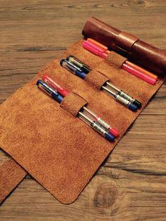 el yapımı deri kalemlik el yapımı 10 adet kalem için tasarlanmış deri kalemlik ürün boyutu : 40 * 17 cm. 269672