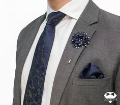 Nyakkendő Zsebkendő Dísztű Fekete Sötétkék Paisley, 3 darabos készlet  Férfiaknak szükséges teljes kellékcsomag, ami nyakkendőből, zsebkendőből virágot ábrázoló dísztűből áll. Különleges motívumokat tartalmazó férfi kellékek, amelyeket különleges eseményeken viselik. A csomagot Gent's Club ajándék zacskóban kínáljuk, amihez tanácsokat tartalmazó szórólapot is ajándékozunk a nyakkendő megkötéséhez és a zsebkendő különböző formájú összehajtásához. Mens Suits, Floral Tie, Paisley, Brooch, Club, Fashion, Templates, Blue Nails, Black